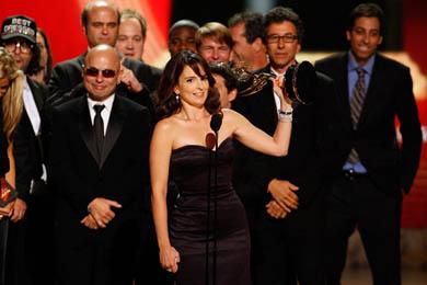 """טינה פיי ומפיקי הסדרה """"רוק 30"""" ברגע הזכיה באמי בשנה שעברה (2008)."""