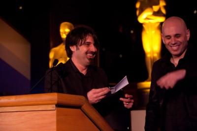 """מימין: ירון שני עם סכנדר קובטי, במאי """"עג'מי"""" בהכנות לאוסקר 2010."""