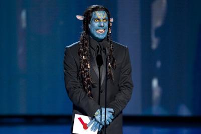 """בן סטילר מאופר כ""""אווטאר"""" בטקס פרסי אוסקר 2010."""