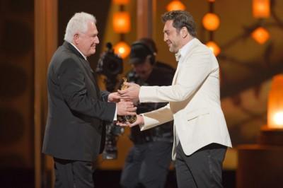 """השחקן חביאר ברדם מעניק את פרס התסריט המקורי הטוב ביותר לדיויד סיידלר על """"נאום המלך"""". צילום: MICHAEL YADA / ©A.M.P.A.S."""