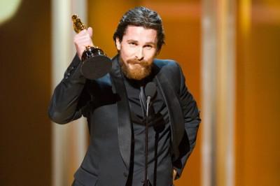 """כריסטיאן בייל מודה על זכייתו בפרס שחקן המשנה על """"פייטר"""". צילום: MICHAEL YADA / ©A.M.P.A.S."""