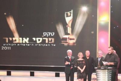 """יוצרי וכוכבי """"הערת שוליים"""" מקבלים את פרס אופיר 2011 לסרט העלילתי הטוב ביותר."""