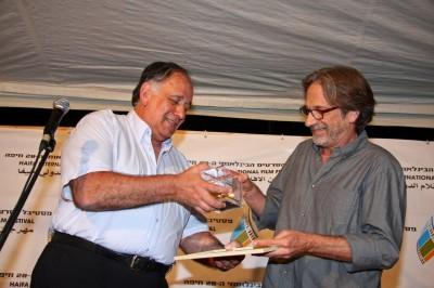 """המפיק אסף אמיר מקבל את הפרס לסרט הישראלי הטוב ביותר """"למלא את החלל"""". צילום: גוסטבו הוכמן"""