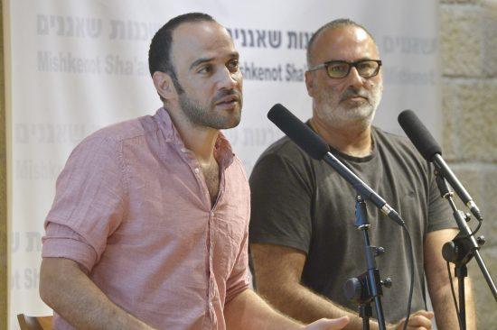 """המפיק חיליק מיכאלי (מימין) עם הבמאי יונתן דקל, הזוכים בפרס השני על """"צ'קאאוט"""". צילום: יוסי צבקר"""