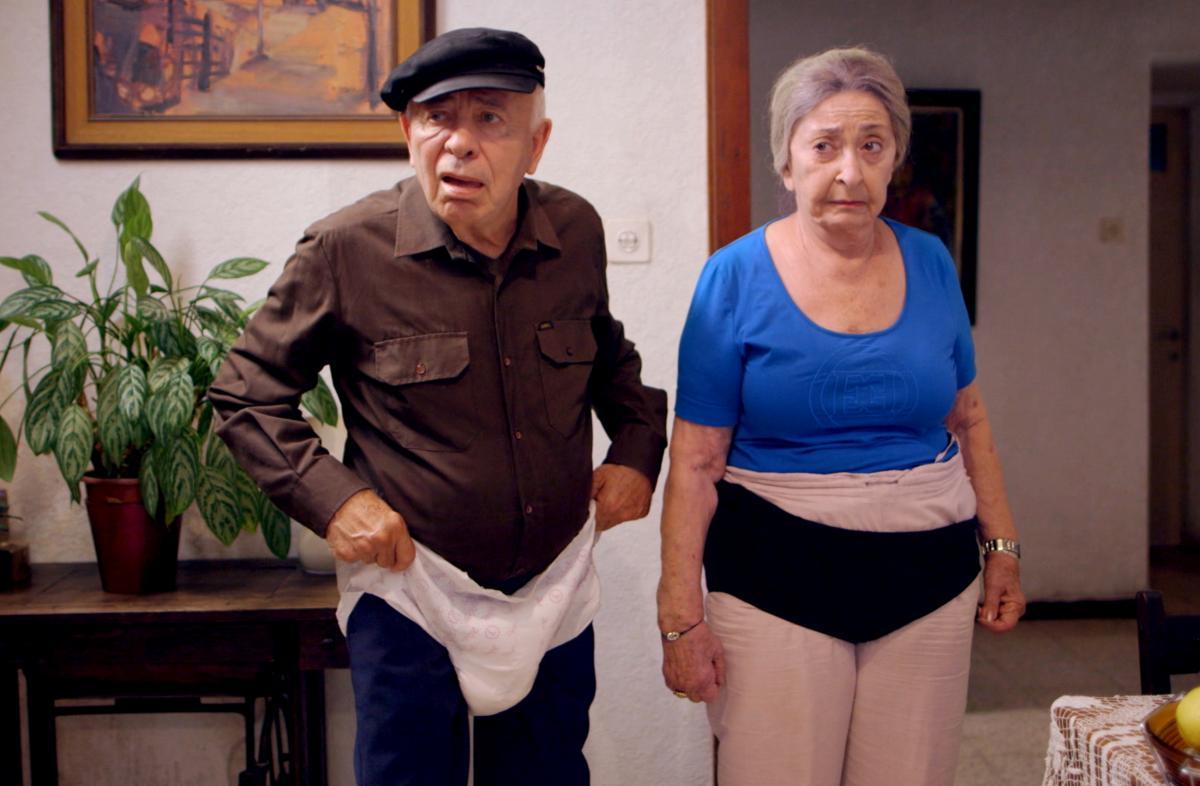 """תמונה של יוסף כרמון עם ליא קניג מתוך """"קמטי צחוק"""""""