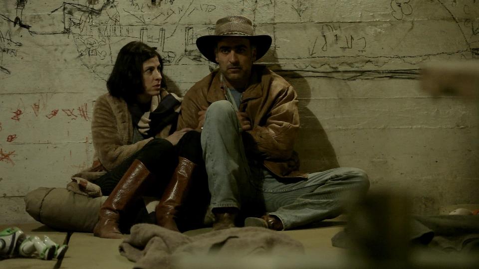 """תמונה של אפרת בן צור עם יורם טולדנו מתוך """"תמרות עשן"""""""