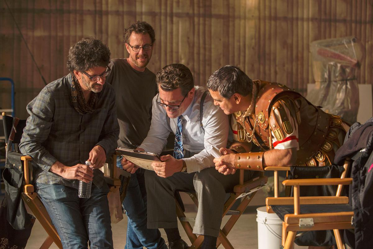 """תמונה של אית'ן כהן עם ג'ורג' קלוני, ג'וש ברולין, ג'ואל כהן מתוך """"יחי הקיסר!"""""""