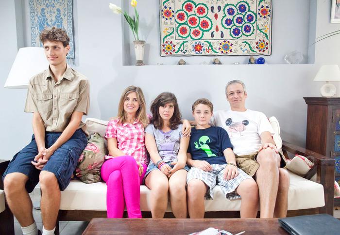 """תמונה של אייל שכטר עם רמה מסינגר, ברק פרידמן, נעה פרידמן, פלג רנד מתוך """"משפחת כספי"""""""