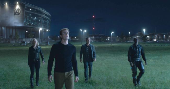 """""""הנוקמים 4: סוף המשחק"""". דון צ'ידל, מארק רופאלו, כריס אוואנס, סקרלט ג'והנסון."""