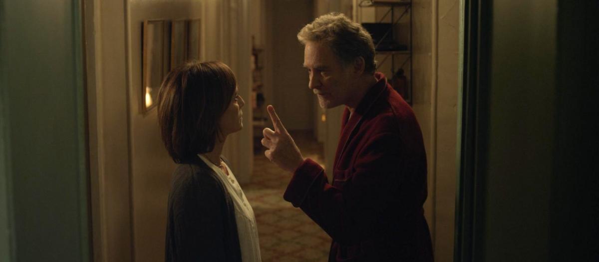 """תמונה של קווין קליין עם כריסטין סקוט תומס מתוך """"דירה בפריז"""""""
