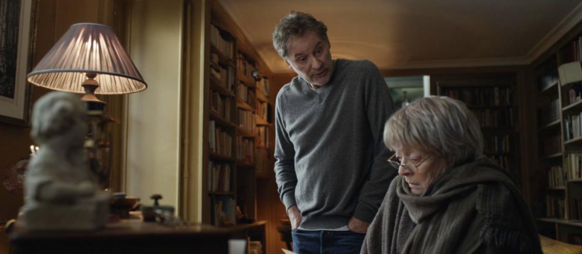 """תמונה של קווין קליין עם מגי סמית' מתוך """"דירה בפריז"""""""