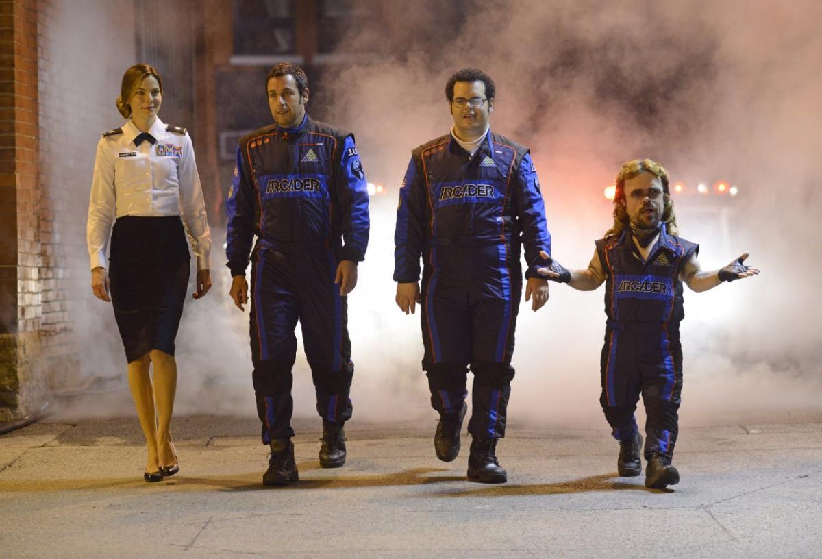 """תמונה של פיטר דינקלייג' עם מישל מונאהן, אדם סנדלר, ג'וש גאד מתוך """"פיקסלים"""""""