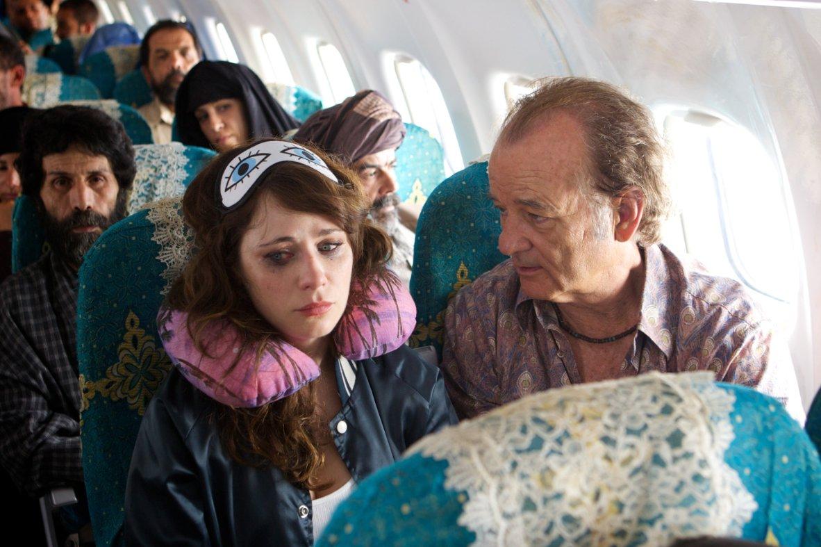 """תמונה של זואי דשנל עם ביל מורי מתוך """"רוק בקסבה באפגניסטן"""""""