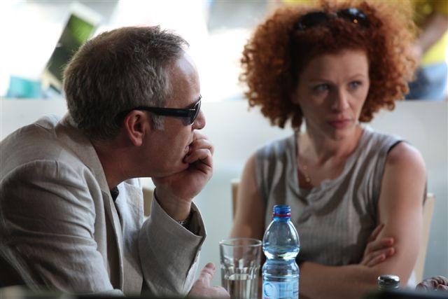 """תמונה של הילה פלדמן עם שרון אלכסנדר מתוך """"וביום השלישי"""""""