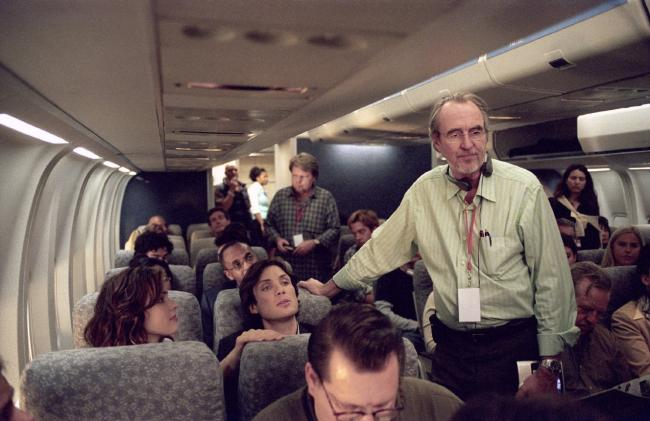 """ווס קרייבן (עומד) עם רייצ'ל מק'אדמס וקיליאן מרפי, מתוך """"טיסת לילה""""."""