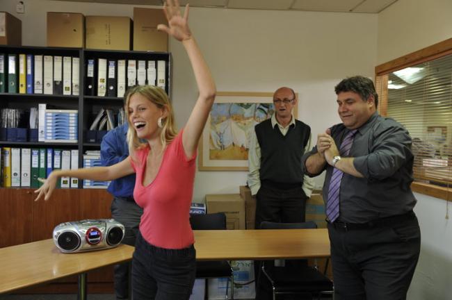 נועה וולמן עם דביר בנדק ורוברטו פולק. מתוך המשרד הישראלי. צילום: יוסי צבקר.