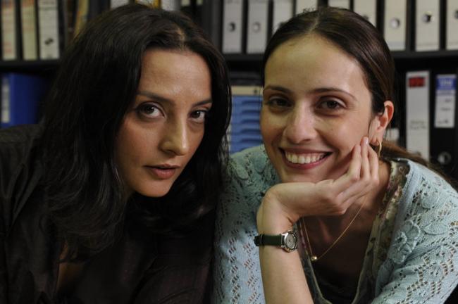 מלי לוי (מימין) עם הלנה ירלובה. מתוך המשרד הישראלי. צילום: יוסי צבקר.