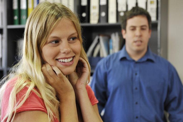 """תמונה של מעין בלום עם נועה וולמן מתוך """"המשרד"""""""