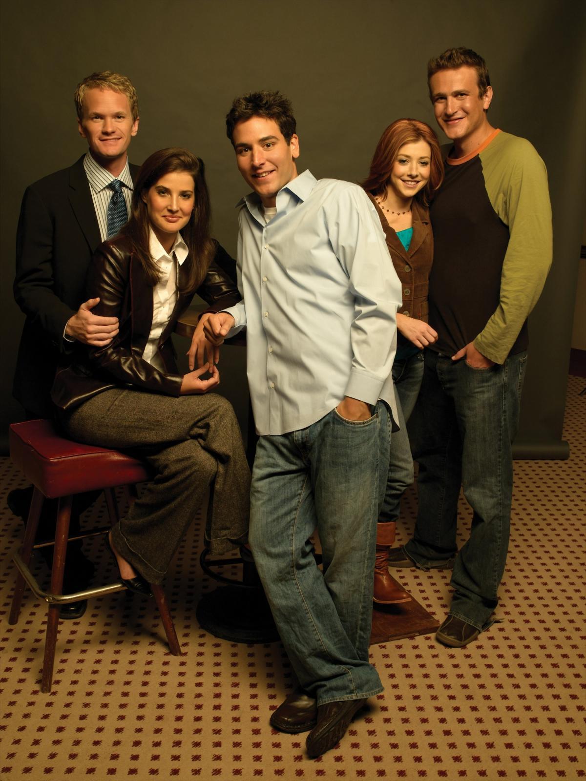 """תמונה של אליסון הניגן עם ג'ייסון סיגל, ג'וש רדנור, קובי סמולדרס, ניל פטריק האריס מתוך """"איך פגשתי את אמא"""""""