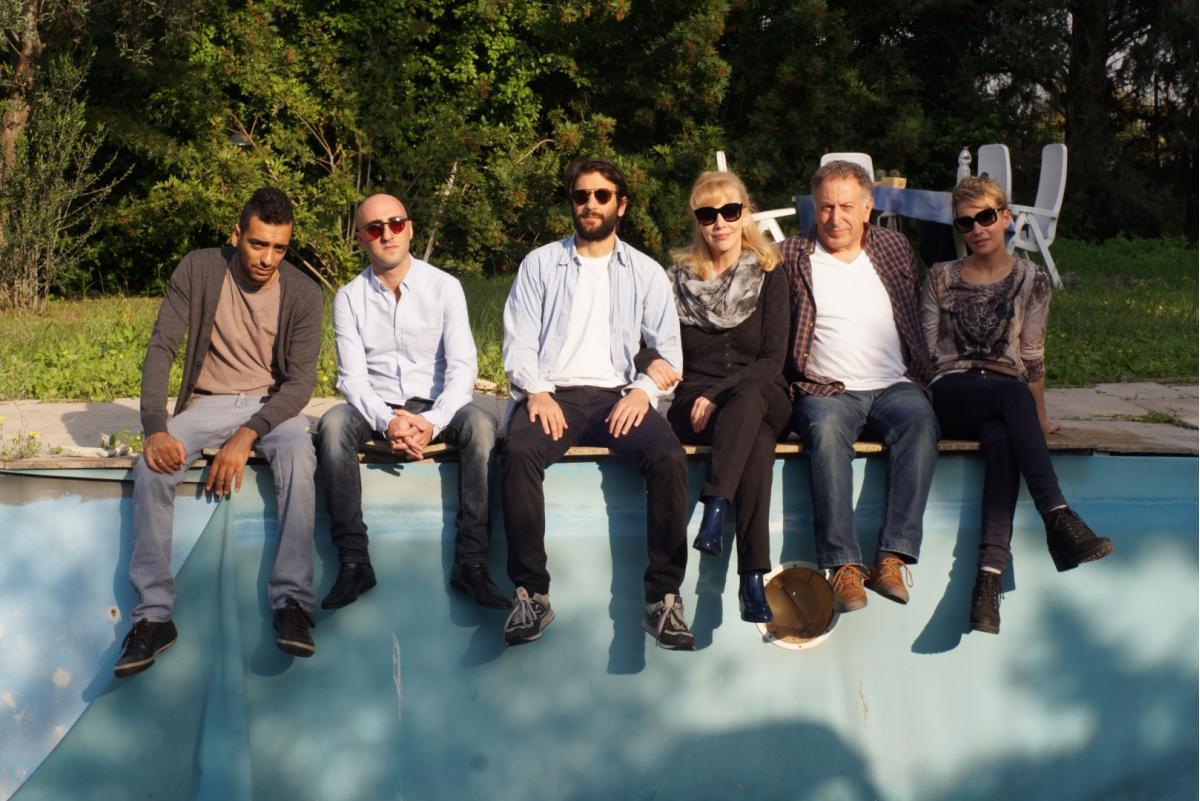 """תמונה של נוני גפן עם מכרם ח'ורי, גילת אנקורי, קובי פרג', דודו טסה, ביאה ברוקס מתוך """"הכל שבור ורוקד"""""""