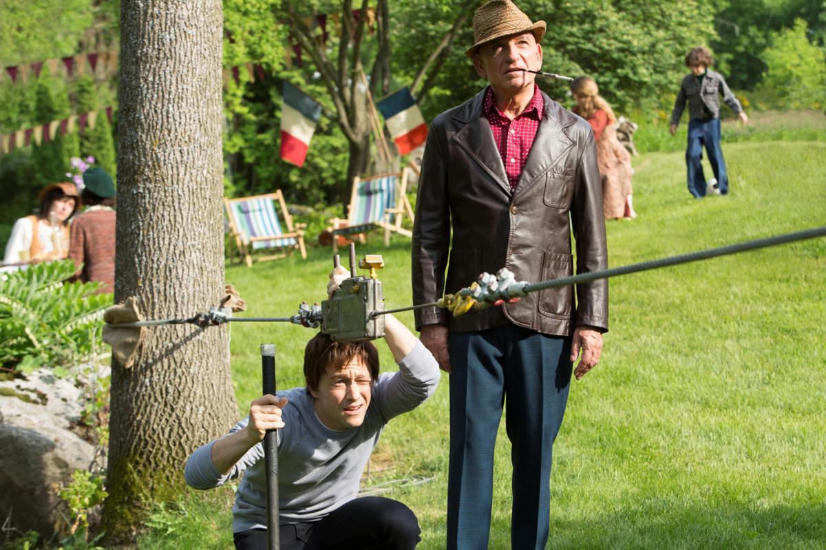 """תמונה של בן קינגסלי עם ג'וזף גורדון-לויט מתוך """"על חבל דק"""""""