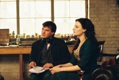 """תמונה של פרנסואה אוזון עם רומולה גראי מתוך """"אנג'ל"""""""