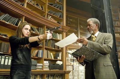 """תמונה של מורגן פרימן עם אנג'לינה ג'ולי מתוך """"מבוקש"""""""