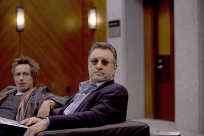 """תמונה של מייקל ווינקוט עם רוברט דה נירו מתוך """"מה בדיוק קרה?"""""""