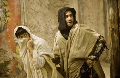 ג'ייק ג'ילנהול עם גמה ארטרטון. מתוך הנסיך הפרסי: חולות הזמן.