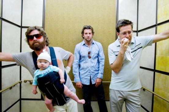 מימין: אד הלמס, בראדלי קופר, זאק גליפינקאיס ותינוק. מתוך: בדרך לחתונה עוצרים בווגאס.