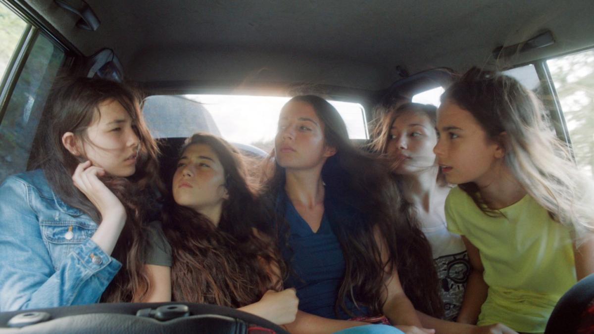 """תמונה של איליידה אקדוגן עם גונש נזיהה, דוהא זיינפ מתוך """"ילדות פרא"""""""