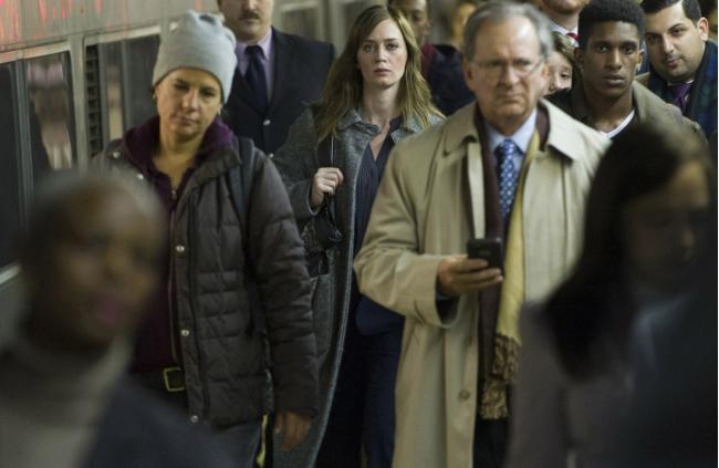 """""""הבחורה על הרכבת"""". אמילי בלאנט."""