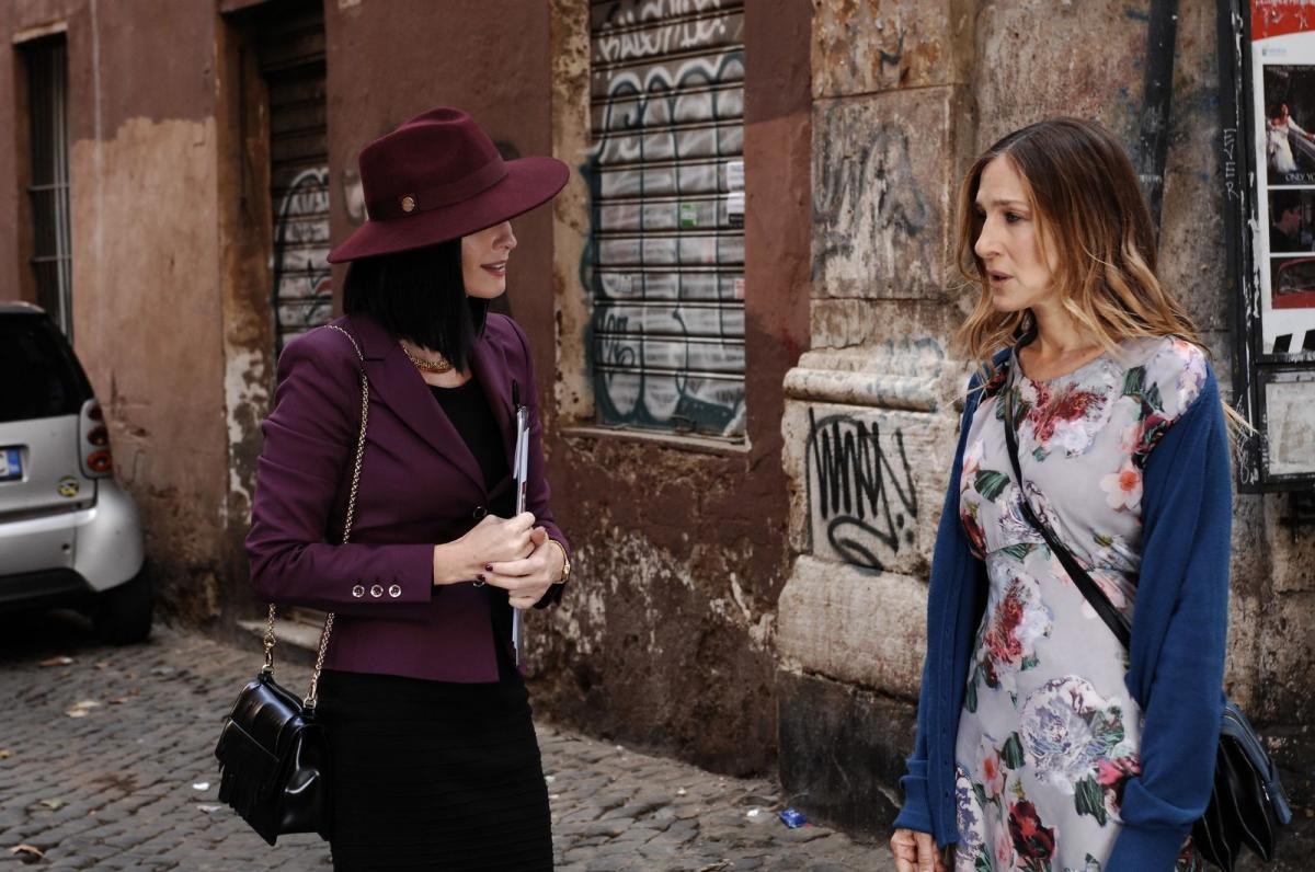 """תמונה של שרה ג'סיקה פרקר עם פז וגה מתוך """"כל הדרכים מובילות לרומא"""""""