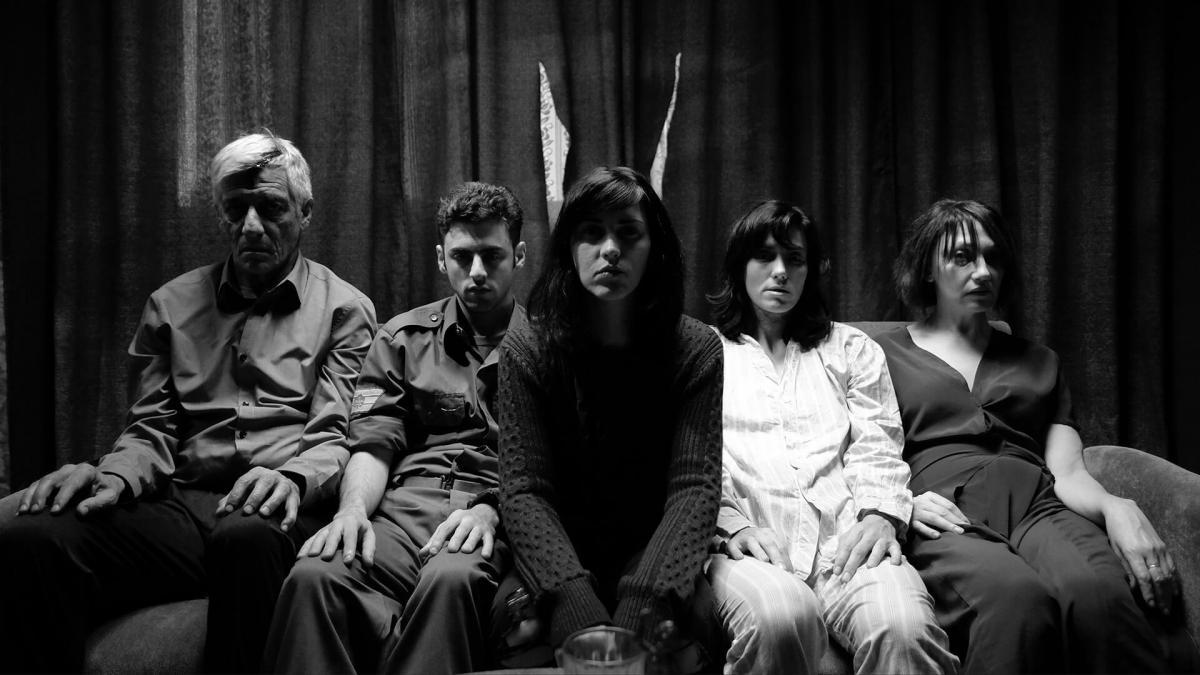 """תמונה של אריה הספרי עם יבגניה דודינה, חן יאני, רוני קידר, אלי דנקר מתוך """"משפחה"""""""