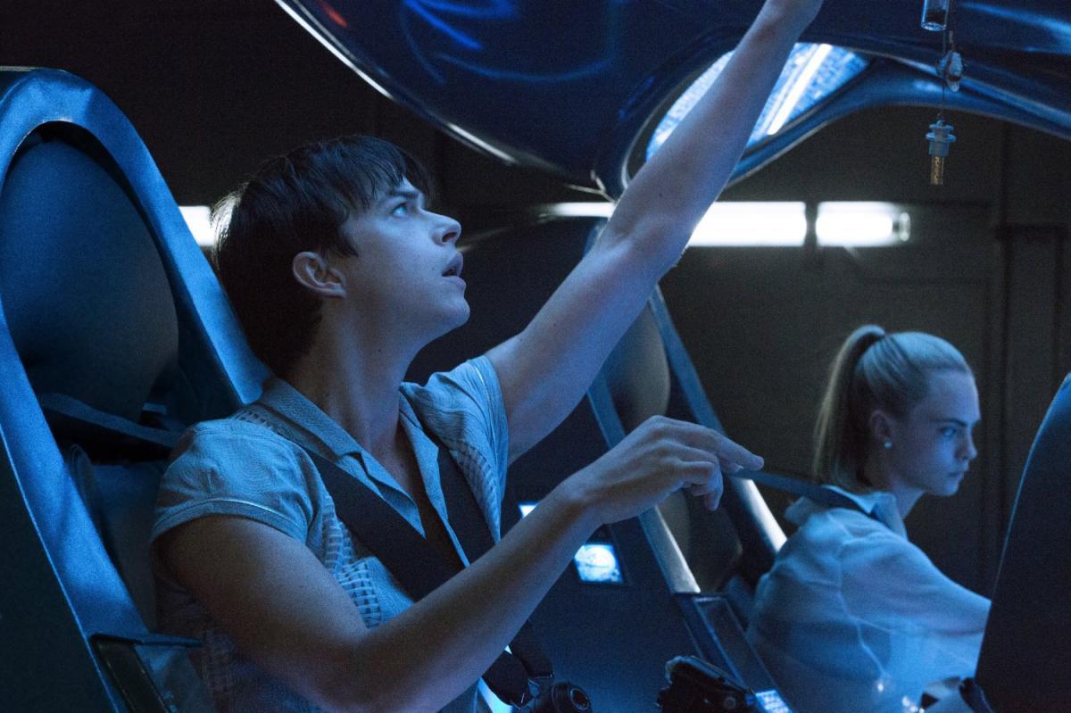 """תמונה של קארה דלווין עם דיין די'האן מתוך """"ולריאן ועיר אלף הכוכבים"""""""