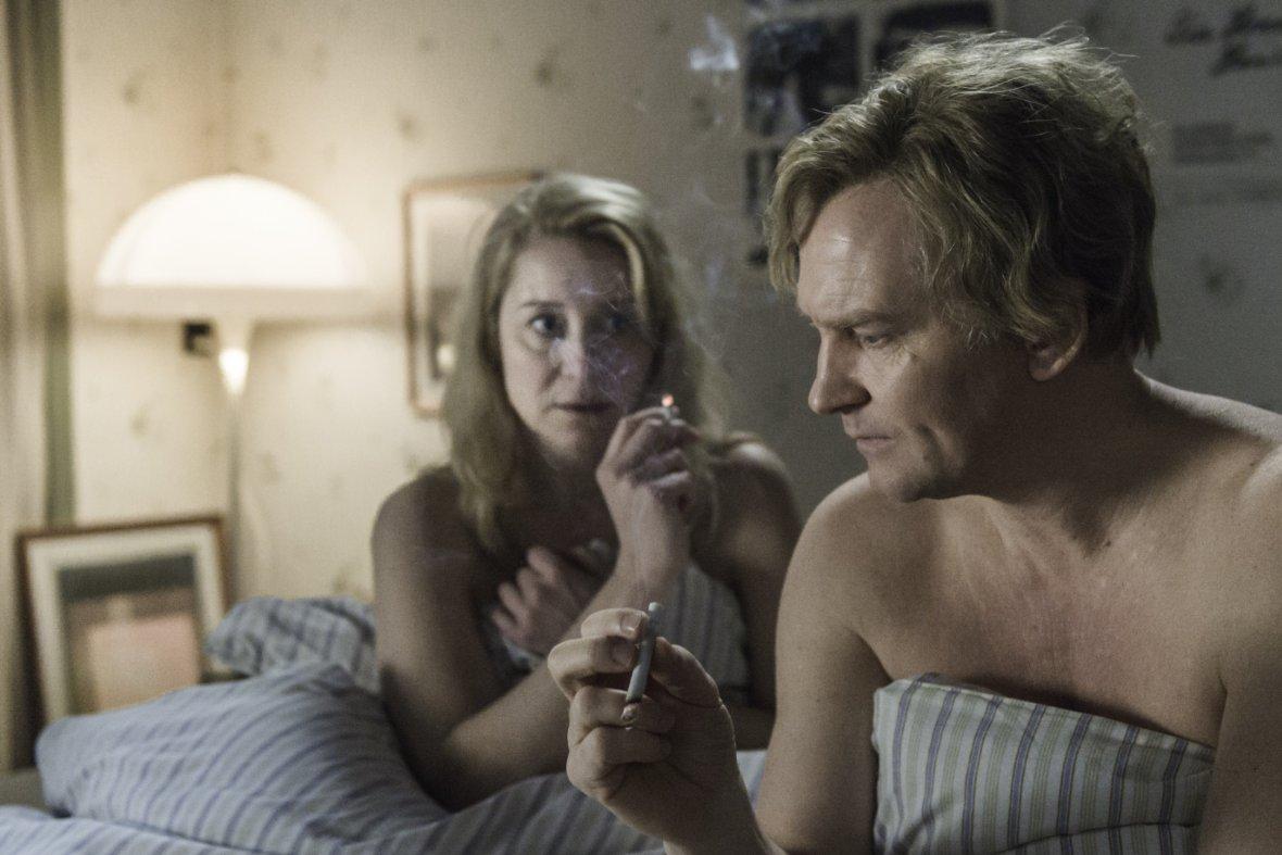 """תמונה של טרינה דירהולם עם אולריך תומסן מתוך """"הקומונה"""""""