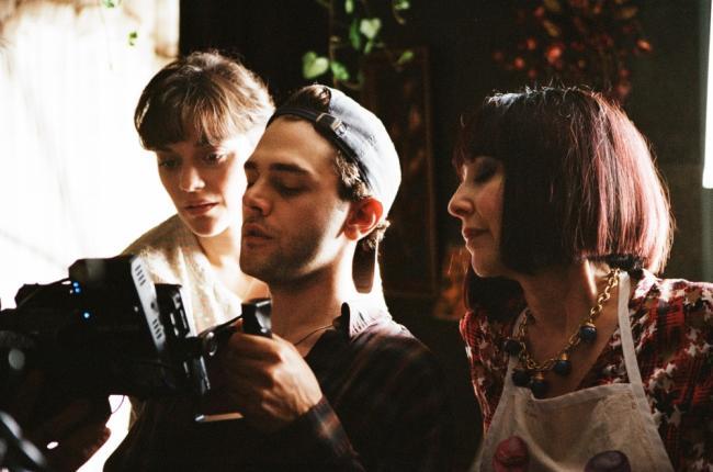 """תמונה של קסוויאר דולן עם נטלי ביי, מריון קוטיאר מתוך """"זה רק סוף העולם"""""""