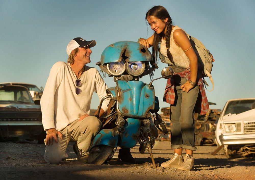"""תמונה של מייקל ביי עם לורה האדוק מתוך """"רובוטריקים 5: האביר האחרון"""""""