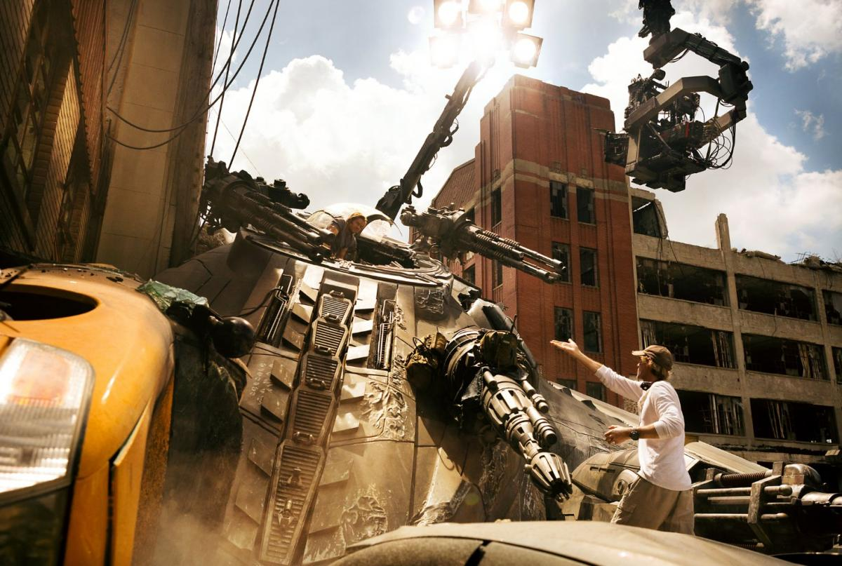 """תמונה של מייקל ביי עם מארק וולברג מתוך """"רובוטריקים 5: האביר האחרון"""""""