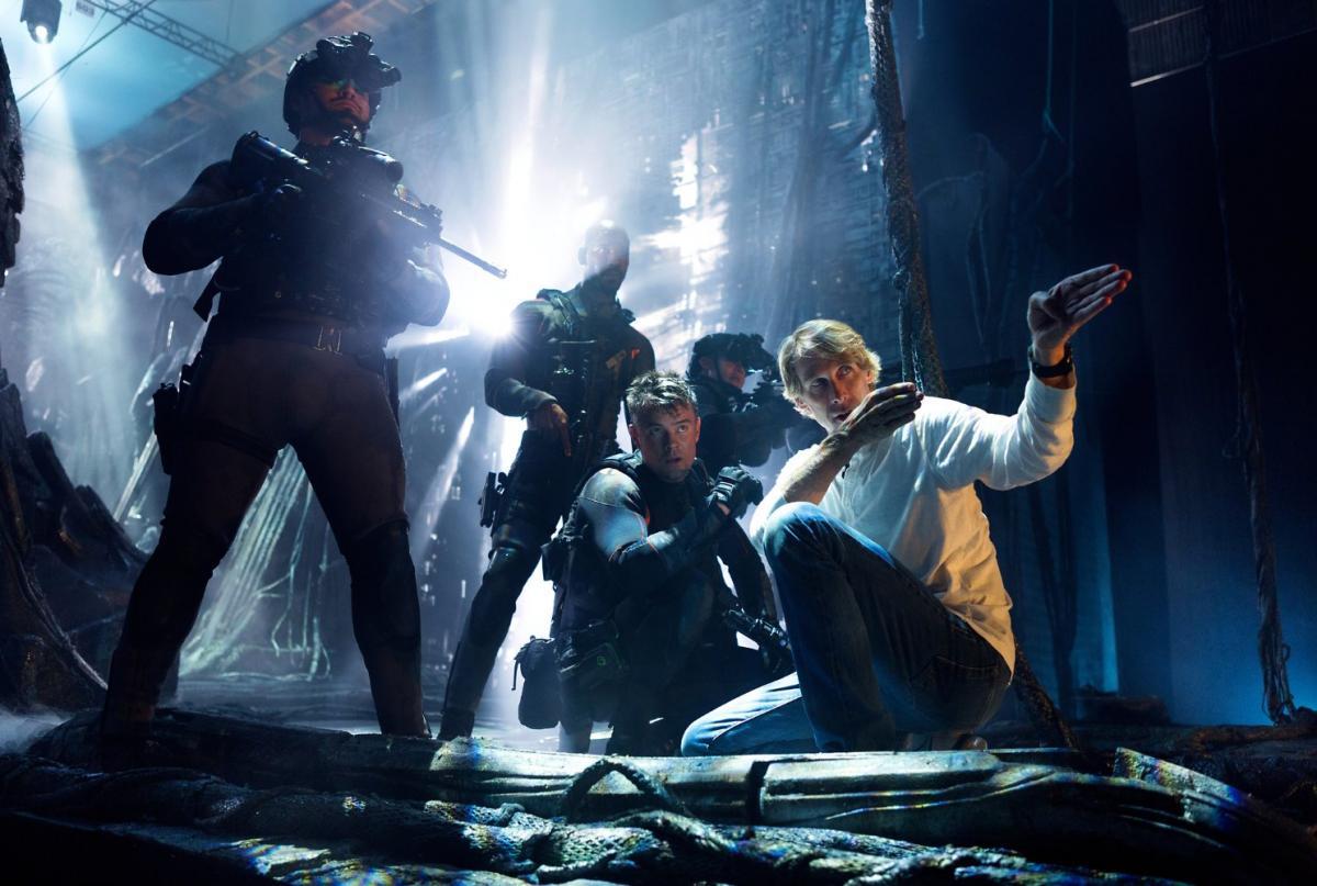 """תמונה של ג'וש דוהמל עם מייקל ביי מתוך """"רובוטריקים 5: האביר האחרון"""""""