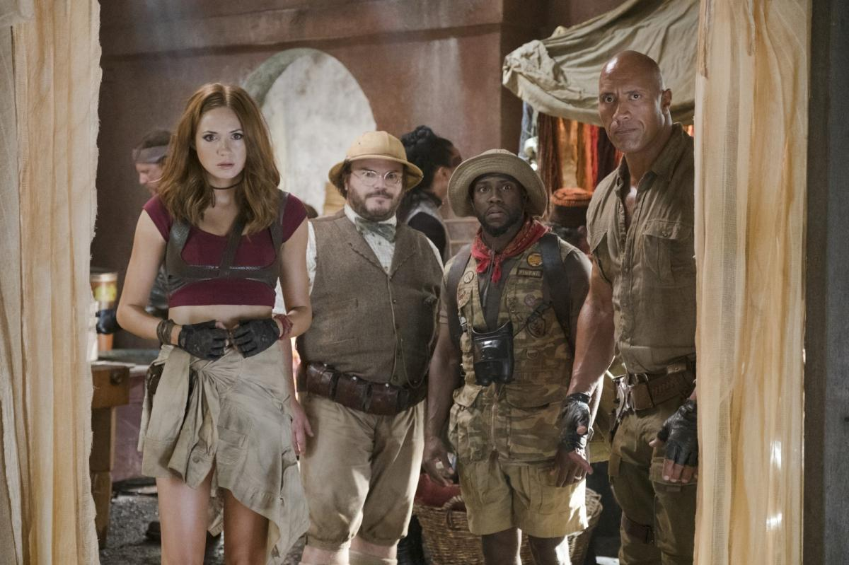 """תמונה של קארן גילן עם דוויין ג'ונסון, קווין הארט, ג'ק בלאק מתוך """"ג'ומנג'י: שורדים בג'ונגל"""""""