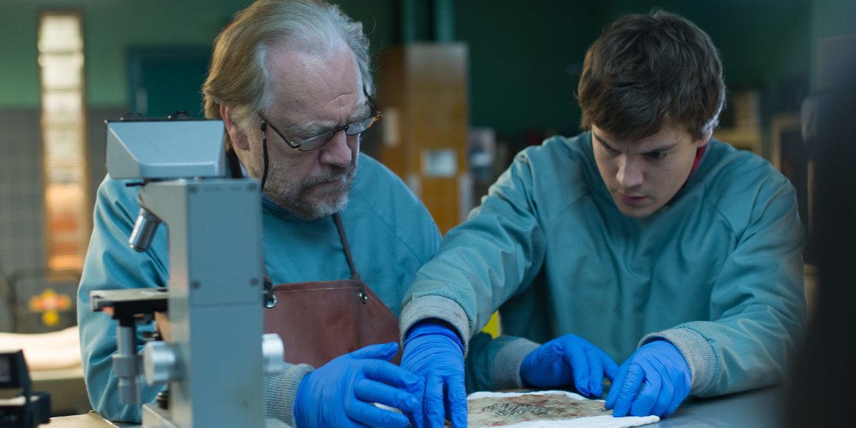 """תמונה של אמיל הירש עם בריאן קוקס מתוך """"הנתיחה של האלמונית (ש.ל.ר)"""""""