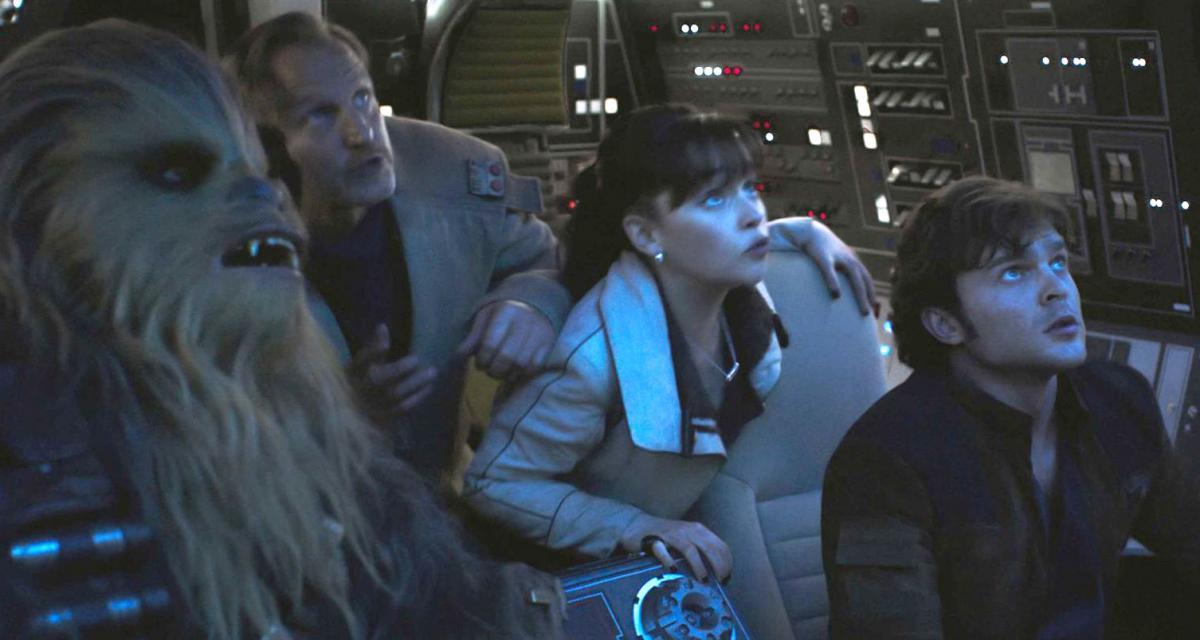 """תמונה של וודי הארלסון עם אלדן ארנרייך, אמיליה קלארק מתוך """"סולו: סיפור מלחמת הכוכבים"""""""
