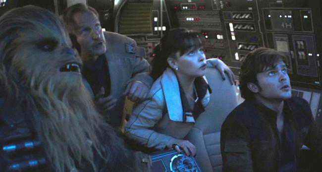 """""""סולו: סיפור מלחמת הכוכבים"""". אלדן ארנרייך, אמיליה קלארק, וודי הארלסון."""