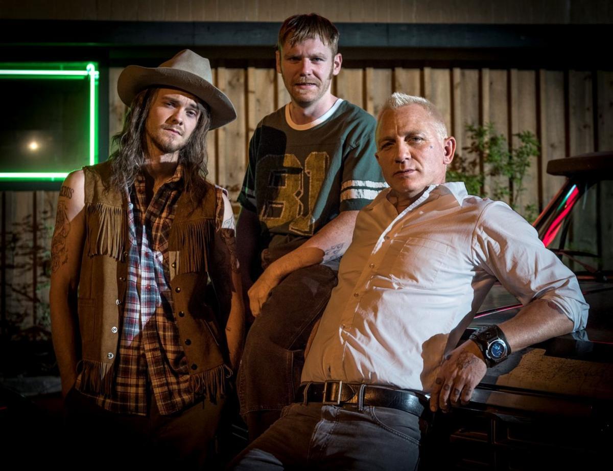 """תמונה של בריאן גליסון עם דניאל קרייג, ג'ק קווייד מתוך """"לוגאן לאקי"""""""