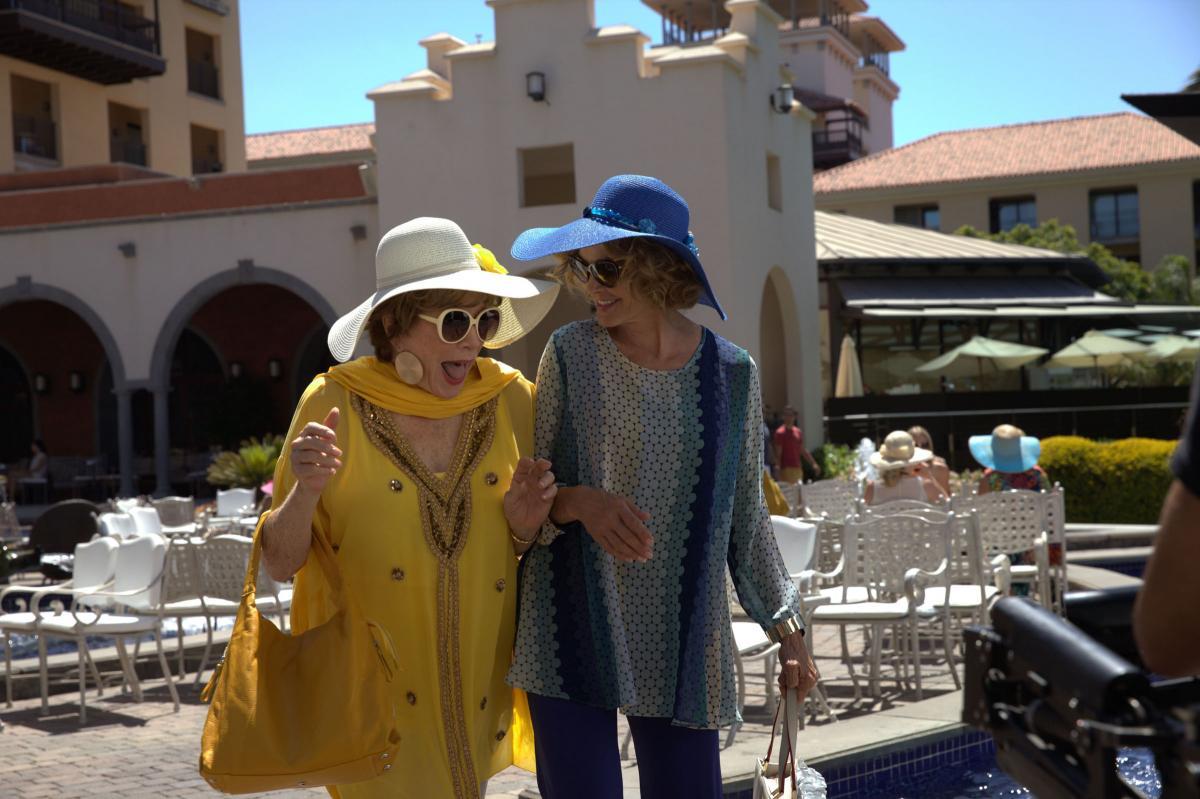 """תמונה של ג'סיקה לאנג עם שירלי מק'ליין מתוך """"לחגוג את החיים"""""""