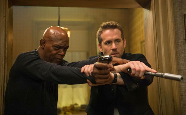 """""""שומר הראש והמתנקש"""". ריאן ריינולדס, סמואל ל. ג'קסון."""