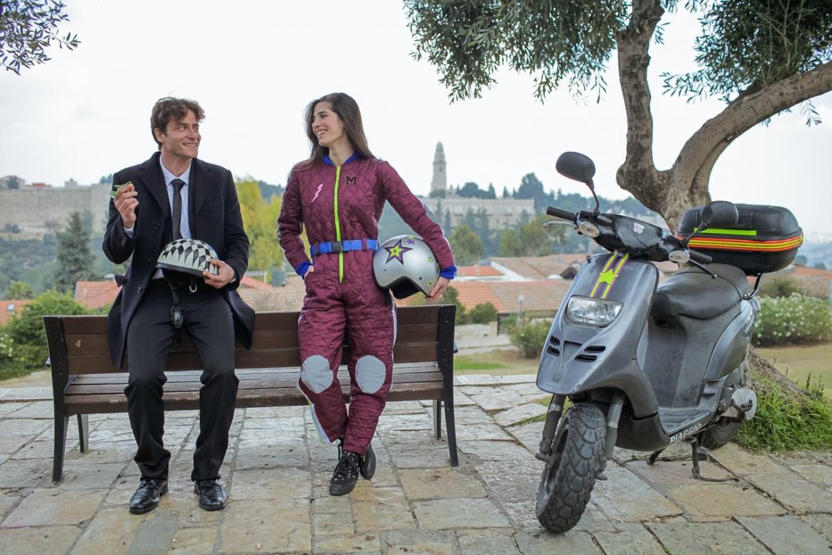 """תמונה של מיכאל אלוני עם חן אמסלם מתוך """"ואז היא הגיעה"""""""