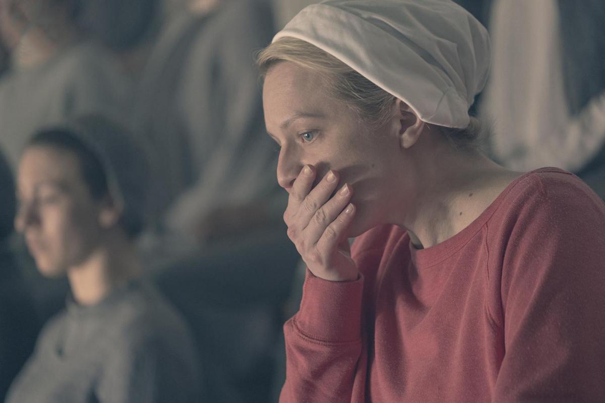 """תמונה של אליזבת' מוס מתוך """"סיפורה של שפחה"""""""
