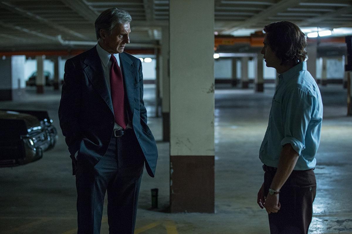 """תמונה של ג'וליאן מוריס עם ליאם ניסן מתוך """"האיש שהפיל את הבית הלבן"""""""